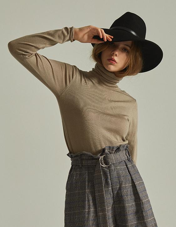 柔軟素面高領針織衫